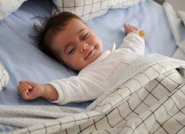 bimbo dorme tessuto