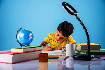 bimbo che studia