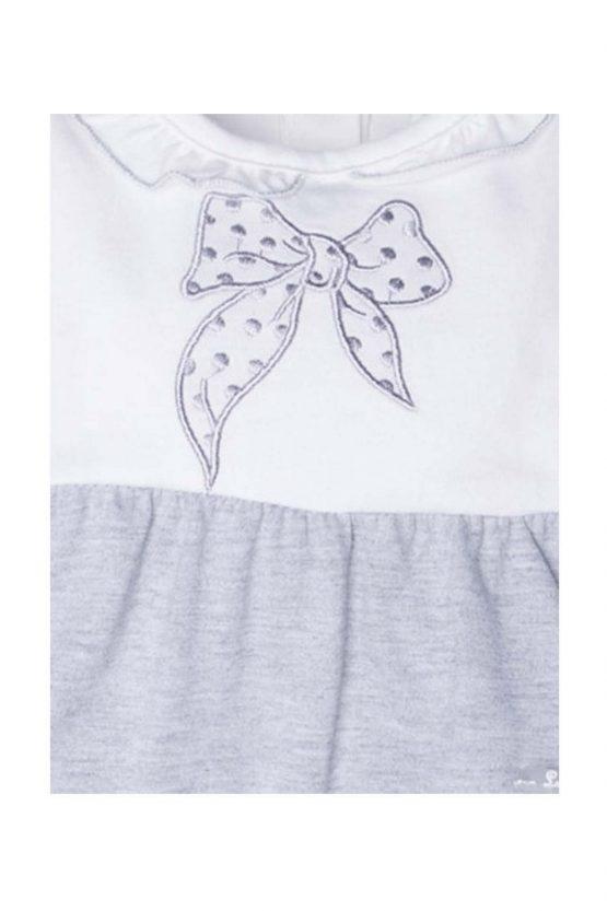 dettaglio tutina luglio abbigliamento grigio bianco fiocco ricamato