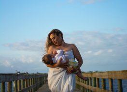 Donna che ha sconfitto l'ingorgo mammario ed ora allatta felice il suo bambino