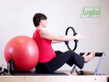 Donna che fa esercizi per prevenire il mal di schiena in gravidanza